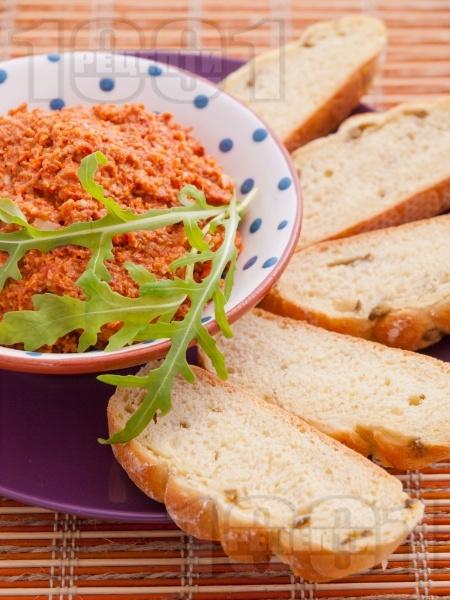 Домашно песто с мариновани сушени домати, кашу и чесън - снимка на рецептата